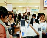 People shop for Shiroi Koibito chocolate cookies in a department store Nov. 22, the first day sales resumed after a mislabeling scandal halted production. | KYODO PHOTO
