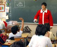 Assistant language teacher James Chenery dresses up like Santa Claus to give an English lesson to sixth-graders at Hatsutomi Elementary School in December. | YOSHIAKI MIURA PHOTO
