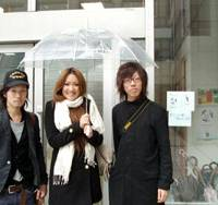 Members of the Shibuya umbrella project, which puts used bumbershoots back into circulation to help the environment and build community ties, (from left) Kazuo Ikari, Mayumi Nemoto and Hiroki Suehara stand outside the Global Environment Information Centre in Aoyama, Shibuya Ward, Tokyo. | SETSUKO KAMIYA PHOTOS