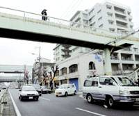 Izumi Yamanaka, the mother of a 2-week-old baby killed last week in an alleged robbery-murder, apparently jumped to her death Wednesday from this overpass in Osaka. | KYODO PHOTO