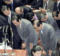 Prime Minister Yasuo Fukuda, with Finance Minister Fukushiro Nukaga next to him, bows in gratitude after the Lower House Budget Committee passed a supplementary budget. | KYODO PHOTO