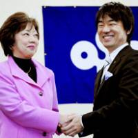 New Osaka Gov. Toru Hashimoto meets his predecessor, Fusae Ota, on his first day at work Wednesday. | KYODO PHOTO