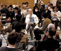 David Macneil of The Independent newspaper speaks in a Saturday symposium at the 'antipoverty festa' at Tokyo's Kanda Hitotsubashi Junior High School. | YOSHIAKI MIURA PHOTO