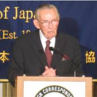 A survivor's tale: Raymond 'Hap' Halloran speaks at the Foreign Correspondents' Club of Japan in Tokyo on April 15. | JUN HONGO PHOTO