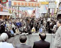 Working the crowd: Democratic Party of Japan Secretary General Yukio Hatoyama calls for abolishing a new health insurance plan for people aged 75 or older on April 14 in Toshima Ward, Tokyo. | KYODO PHOTO