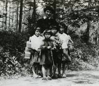 Postwar photo op: Gordon poses with children in Karuizawa, Nagano Prefecture, in 1946. | COURTESY OF KASHIWA SHOBO PUBLISHING CO. PHOTO