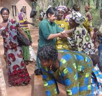 Networking: Toko Tomita (center) of the nonprofit group Hunger Free World talks with women in the village of Gbeto, Benin, in February 2007 after a meeting on cassava, a staple crop. | COURTESY OF HUNGER FREE WORLD PHOTO