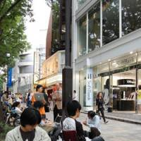 iWait: Customers camp out in front of Softbank Corp.'s flagship mobile phone store in Omotesando on Wednesday to await the debut of Apple Inc.'s iPhone on Friday. | KAZUAKI NAGATA
