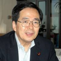 Emissions fight: New Environment Minister Tetsuo Saito is interviewed Monday at the ministry. | YOSHIAKI MIURA PHOTO