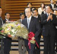 So long: Yasuo Fukuda is seen off by staff at the Prime Minister's Official Residence on Wednesday after his Cabinet resigned en masse earlier in the day. | KYODO PHOTO