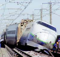 Quake threat and cure: A land ministry photo shows a Joetsu shinkansen that derailed in Nagaoka, Niigata Prefecture, in October 2004 during a magnitude 6.8 earthquake. Below, a photo from JR East shows a new L- shaped alloy plate designed to prevent bullet trains from overturning if they derail. | KYODO PHOTO