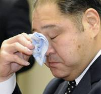 Disgraced: Oguruma, the stablemaster of Wakakirin, wipes away tears at a news conference in Tokyo Saturday. | KYODO PHOTO
