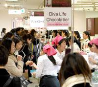 Dolce: Women throng at a Valentine's Day chocolate display at the Printemps department store in the Ginza district of Tokyo. | YOSHIAKI MIURA PHOTO