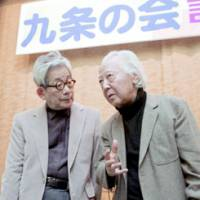 Literary lions: Shuichi Kato (right), a well-known cultural critic who died in December, talks with novelist Kenzaburo Oe at a news conference for the Article 9 Association in April 2005. | KYODO PHOTO