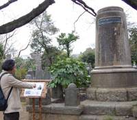 Tomb tourer: Ryoichi Tanaka visits the tomb of Otojiro Kawakami, an actor and comedian during the Meiji Era, at Yanaka Cemetery in Taito Ward, Tokyo, in March. | NATSUKO FUKUE