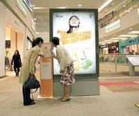 Odor up: Shoppers take in Unilever Japan Co. soap fragrances emanating from a Promotool Co. scent diffuser at a shopping mall in the city of Saitama last year. | PROMOTOOL CO.
