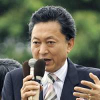 Speaking in general: Democratic Party of Japan President Yukio Hatoyama delivers a speech Sunday on a street in Yotsukaido, Chiba Prefecture. | KYODO PHOTO