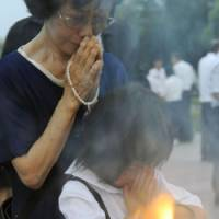 Poignant: A woman and girl pray for the victims of the 1945 atomic bombing of Hiroshima at the city's Peace Memorial Park on Thursday, the 64th anniversary of the attack.   KYODO PHOTO