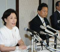 Join the party: Former Foreign Minister Makiko Tanaka holds a news conference with Democratic Party of Japan President Yukio Hatoyama in Nagaoka, Niigata Prefecture, on Saturday. | KYODO PHOTO