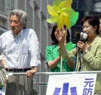 Bringing out the big guns: The Liberal Democratic Party's Yuriko Koike, who is running in  Sunday's Lower House poll from the Tokyo No. 10 district, campaigns in front of Ikebukuro Station on Aug. 18 as former Prime Minister Junichiro Koizumi looks on. | KAZUAKI NAGATA
