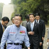Firsthand look: Land minister Seiji Maehara, at right, inspects the Yamba Dam construction site in Naganohara, Gunma Prefecture, last month. | KYODO PHOTO
