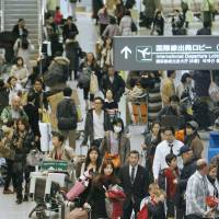 Terra firma: People crowd an arrivals lobby at Narita airport in Chiba Prefecture on Jan. 10. | KYODO