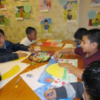 Pep art: Fifth-graders from Thomson Elementary School draw pictures with messages of encouragement for elementary school students in the Tohoku region, at the Japanese Information and Culture Center in Washington on Thursday. | KYODO