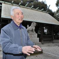 Cosmic cape: Yukio Kagami speaks about the Minamino meteorite piece enshrined as a holy object at  Yobitsugi Shrine in Aichi Prefecture. | CHUNICHI SHIMBUN/MAKOTO KANO