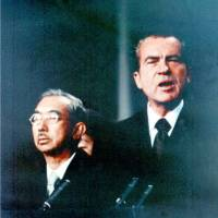 Political maneuver: U.S. President Richard Nixon faces the media in September 1971 as Emperor Hirohito looks on in Anchorage, Alaska. | KEYSTONE/KYODO