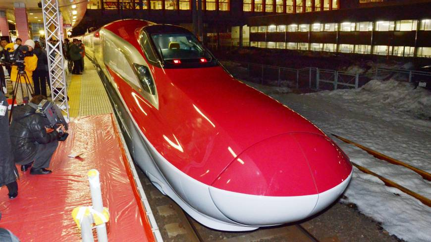 Speedmobile: The new E6 series Super Komachi bullet train, with a top speed of 300 kph, arrives at Akita Station after debuting Saturday on the Akita Shinkansen Line.