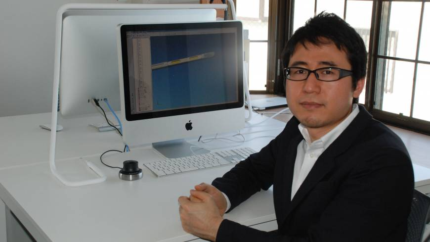 One-man band: Keita Yagi, founder of Bsize Inc., is interviewed at his office in Odawara, Kanagawa Prefecture, on March 19. Above his computer is his award-winning Stroke lamp, which emits light from the end of a tube wrapped around its frame.