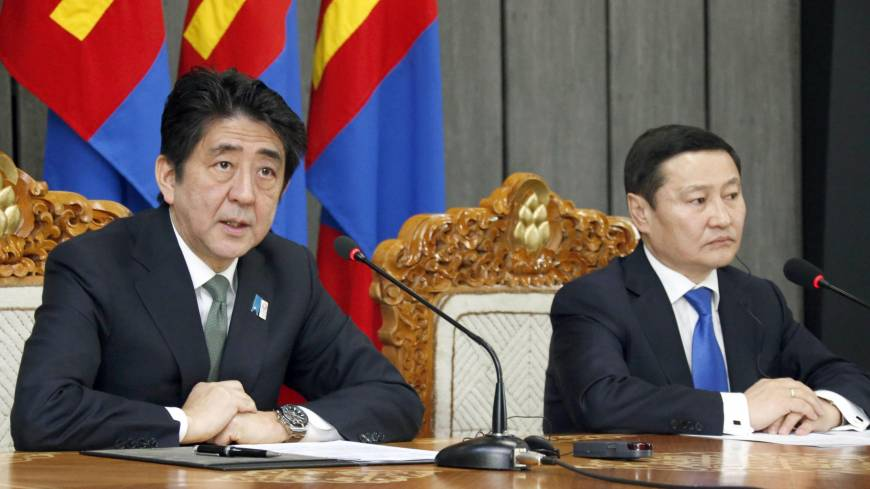 In sync: Prime Minister Shinzo Abe (left) and Mongolian Prime Minister Norov Altankhuyag hold a joint news conference in Ulan Bator following their meeting Saturday.