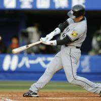 Hanshin Tigers slugger Tomoaki Kanemoto singles to right in the seventh inning against the Yokohama BayStars to become the 37th player in Japan pro baseball history to have 2,000th career hits on Saturday at Yokohama Stadium. | KYODO PHOTO