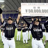 Driving force: Munenori Kawasaki (left) led the charge as the Softbank Hawks claimed the 2008 interleague title. | KYODO PHOTO