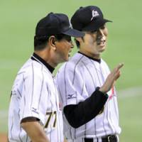 Victory: Japan national team manager Senichi Hoshino (left) speaks with closer Koji Uehara after Japan beat a Pacific League select side 6-4 on Friday. | KYODO PHOTOS
