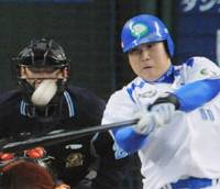Hit machine: Seibu's Takeya Nakamura hits his second two-run home run in consecutive at-bats to lead the Lions to a 5-0 win over the Yomiuri Giants in Game 4 of the Japan Series on Wednesday. | KYODO PHOTO