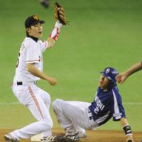 Caught red-handed: Yomiuri's Hayato Sakamoto stops Chunichi's Ryota Araki from stealing a base during the Giants' 8-7 win at Tokyo Dome on Sunday. | KYODO PHOTO