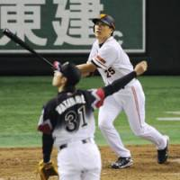 Big blast: Yomiuri's Lee Seung Yeop belts a solo homer in the Giants' 5-2 win over Chiba Lotte at Tokyo Dome on Saturday. | KYODO PHOTO