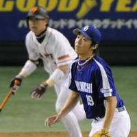 Blowing the lead: Chunichi starter Kazuki Yoshimi watches the ball sailing over the right-field fence after giving up a game-tying solo home run to Yomiuri's Yoshiyuki Kamei in the sixth inning on Friday at Tokyo Dome in Game 3 of the CL Climax Series second stage. | KYODO PHOTO