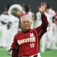 Final salute: Tohoku Rakuten Golden Eagles manager Katsuya Nomura acknowledges the fans after his team's season-ending loss to the Hokkaido Nippon Ham Fighters on Saturday at Sapporo Dome. Nomura, 74, will not be retained as the Pacific League club's skipper next season. | KYODO PHOTO