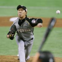 Maximum effort: Fighters' starter Tomoya Yagi fires a pitch during Game 4 of the Japan Series at Tokyo Dome on Wednesday. | KYODO PHOTO