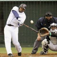 Clutch at-bat: The Lions' Dee Brown smacks the game-winning solo homer in the seventh inning against the Marines on Saturday at Seibu Dome. Saitama Seibu defeated Chiba Lotte 2-1. | KYODO PHOTO