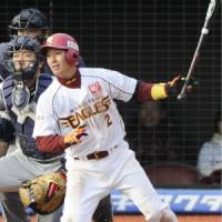 Up and running: Tohoku Rakuten's Naoto Watanabe gets the game-winning hit against Seibu on Sunday. | KYODO PHOTO