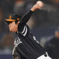 Toshiya Sugiuchi of the Hawks pitches against the Marines at Chiba Marine Stadium on Friday. Softbank downed Lotte 5-3. | KYODO PHOTOS