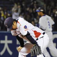 Big damage: Swallows starter Shohei Tateyama reacts after allowing a game-tying, sixth-inning two-run homer to the BayStars' Terrmel Sledge on Friday. | KYODO PHOTO