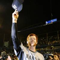 Moment to remember: Hanshin's Matt Murton tips his hat to the crowd in the second inning after getting his 211th hit of the 2010 season on Tuesday at Jingu Stadium. | KYODO PHOTO