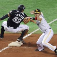 Bang-bang play: Hawks third baseman Nobuhiro Matsuda tags out the Marines' Kim Tae Kyun during the fourth inning of Thursday's game at Yahoo Dome.
