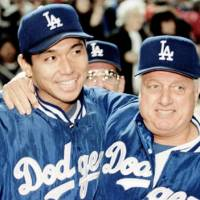 One for the books: Hideo Nomo is congratulated by manager Tommy Lasorda after notching his first victory for the Dodgers against the New York Mets on June 2, 1995. | KYODO/REUTERS