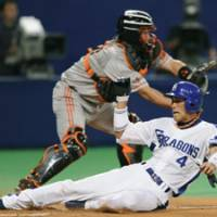 Yoshimi, bullpen shut down Giants