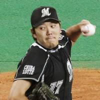Eye on the target: Chiba Lotte starter Yoshihisa Naruse fires a pitch in Game 1 of the Japan Series on Saturday. | KYODO PHOTO